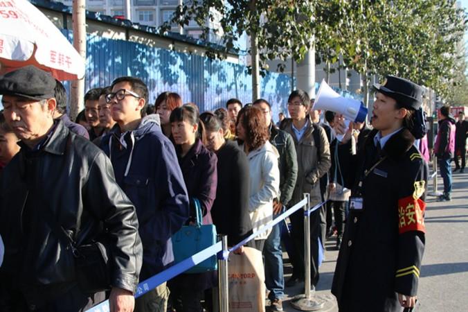 Жители Пекина стоят в очереди, чтобы попасть в метро, 3 ноября 2014 года, Китай. После запрета на движение в разные дни автомобилей с чётными и нечетными номерами во время проведения саммита АТЭС, количество пассажиров общественного транспорта резко возросло. Фото: ChinaFotoPress/Getty Images