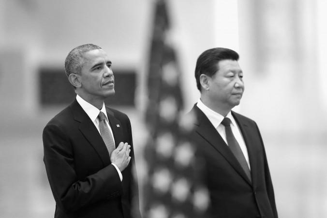 Президент США Барак Обама (слева) и лидер Коммунистической партии Китая Си Цзиньпин слушают гимн США во время церемонии встречи в Большом зале народных собраний 12 ноября 2014 года в Пекине, Китай. Обама нанёс государственный визит в Китай после посещения собрания 22-го Азиатско-Тихоокеанского экономического сотрудничества (АТЭС) экономических лидеров» в Пекине. Фото: Feng Li/Getty Images