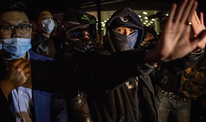 Радикальные протестующие разбили дверь Законодательного совета Гонконга
