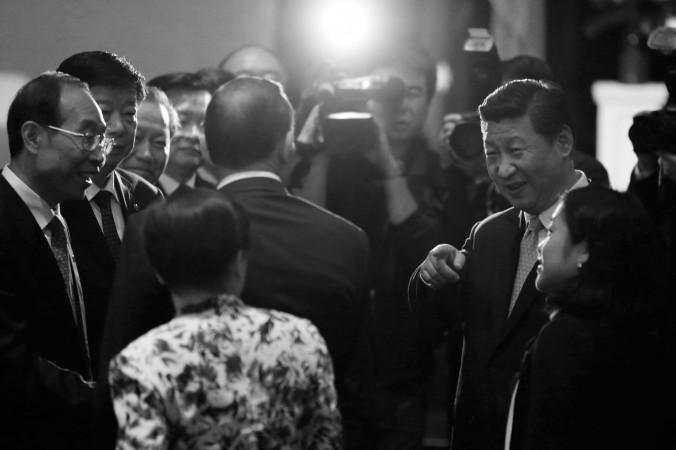 Китайский лидер Си Цзиньпин (справа) обращается к премьер-министру Австралии Тони Эбботту (стоит спиной к камере), 19 ноября, Сидней, Австралия. Китайский режим старается «очаровать» островные государства, расположенные рядом с Австралией, чтобы усилить влияние в регионе. Фото: Jason Reed/Getty Images