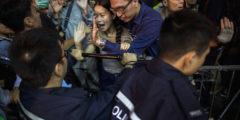 Гонконгские полицейские не пустили людей в магазины