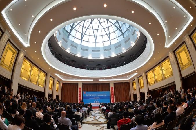 Министр иностранных дел Франции Лоран Фабиус говорит об изменении атмосферы в Университете Фудань в Шанхае 17 мая 2014 года. Фото: Mark Ralston/AFP/Getty Images