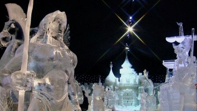 Для создания этих сверкающих скульптур потребовалось 400 тонн воды и почти 5 недель непрерывной работы 80 мастеров из 12 стран, включая Россию. Скриншот видео.