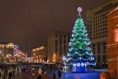 Новогоднюю Москву украсят 99 ёлок