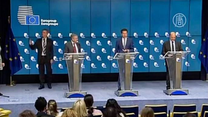 Годом ранее власти Греции смогли удержать поддержку избирателей тем, что объявили о планах выхода из программы кредитования ЕС и МВФ. Скриншот видео.