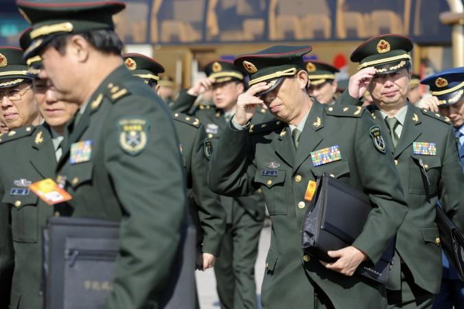 Китайские военные прибывают на пленарное заседание Всекитайского собрания народных представителей в Пекине 9 марта 2010 года. Группа злоумышленников создала фальшивый военный штаб в восточном китайском городе, получив обманом $5,2 млн у 18 строительных компаний в течение трёх месяцев. Фото: Liu Jin/AFP/Getty Images