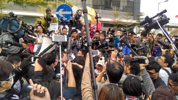 В определённые моменты ночью и во вторник утром казалось, что около башни Citic было больше репортёров, чем протестующих. Фото: theepochtimes.com