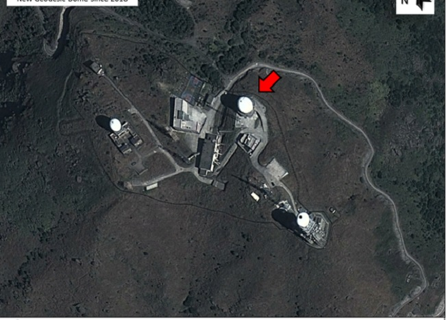 На спутниковом снимке Digital Globe показан шпионский объект на горе Тай Мо в Гонконге. База принадлежит Народно-освободительной армии Китая и якобы используется для шпионажа за жителями Гонконга. Фото: Digital Globe
