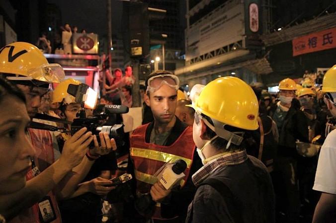 Крис Чаппелл берёт интервью у журналиста Джеймса Бана во время противостояния с полицией в Монгкоке, Гонконг, 5 ноября 2014 года. Фото: China Uncensored/Facebook