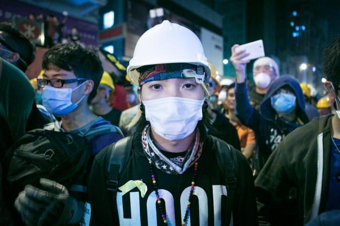 Протестующая стоит в защитной одежде в передних рядах в Монгкоке, Гонконг, 5 ноября 2014 года. Фото: Benjamin Chasteen/Epoch Times