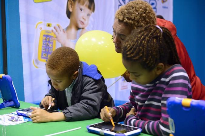 Дети играют с планшетами во время Kidexpo в выставочном центре Версаля в Париже. Фото: Eric Feferberg/AFP/Getty Images