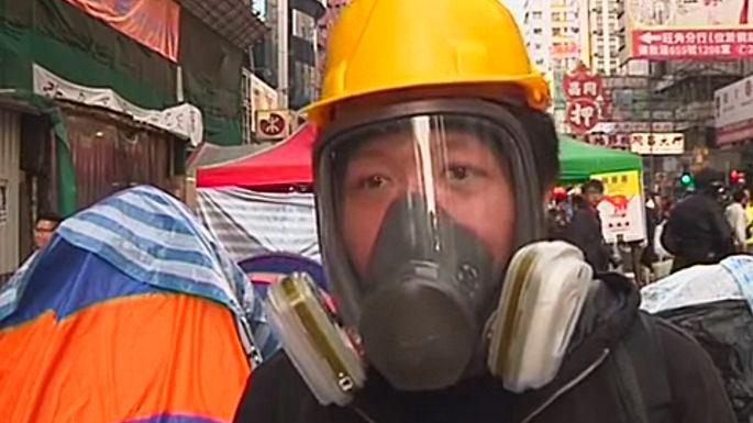 Гонконгская полиция начинает сносить баррикады в районе Монгкок