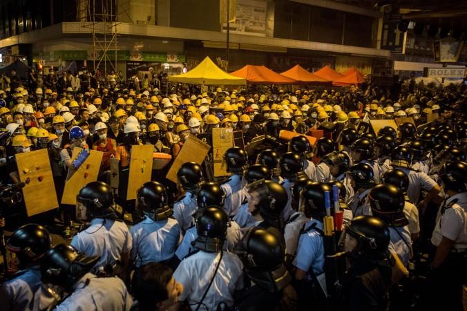 Полиция применяет силу к протестующим, пытаясь очистить улицы, прилегающие к Argyle Street в районе Монгкок, Гонконг, 26 ноября 2014 года. Фото: Chris McGrath/Getty Images