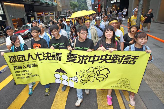 Около 1000 демократических протестующих провели 9 ноября 2014 года марш «Жёлтая лента». Федерация студентов Гонконга ищет аудиенции с лидерами в Пекине после АТЭС. Фото: Poon Zai Shu/Epoch Times