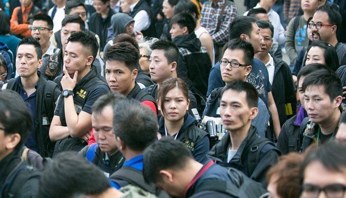 Полицейские Гонконга начали разбирать баррикады, но встретили сопротивление