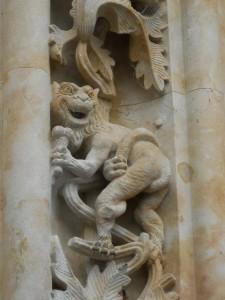 Salamanca_catedral_nueva_dragon_con_helado-480x640