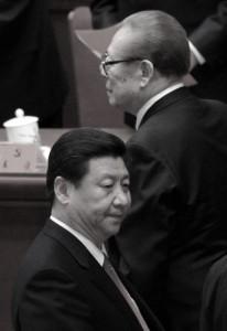 Бывший глава коммунистической партии Китая Цзян Цзэминь (справа) прогуливается рядом с Си Цзиньпином (слева) после закрытия XVIII съезда КПК в Большом зале народных собраний в Пекине 14 ноября 2012 года. На этом съезде Си официально возглавил КПК. Фото: Wang Zhao/AFP/Getty Images