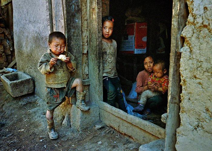 Когда папы и мамы нет дома. Уезд Чжаоцюе провинции Сычуань. Июль 2014 года. Фото: AKiller