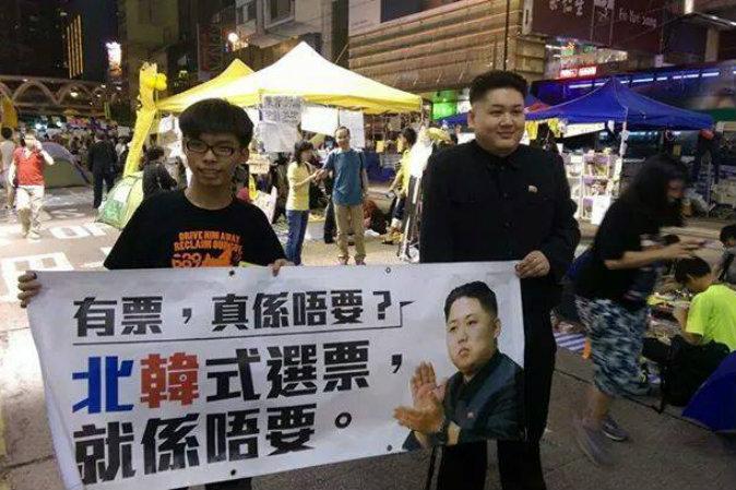 Гонконгский «Ким Чен Ын» идёт вместе с лидером студентов Джошуа Воном. Фото: Liu Yan/Twitter.com