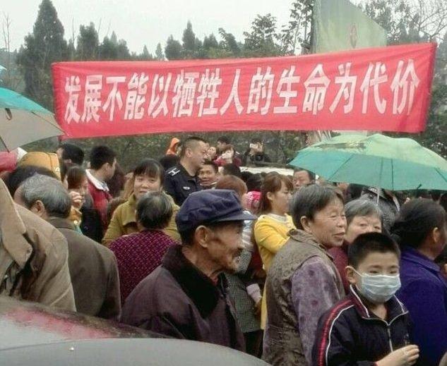 Протесты крестьян против загрязнения окружающей среды. Посёлок Лиду провинции Сычуань. Ноябрь 2014 года. Фото с epochtimes.com
