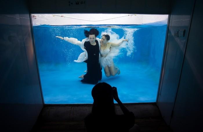 Свадьбы в Китае всё чаще проводятся в западном стиле. Фото: JOHANNES EISELE/AFP/Getty Images