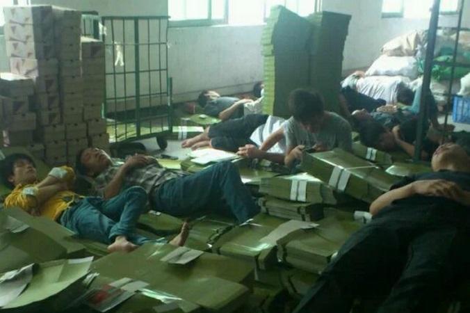 Рабочие обувной фабрики в Дунгуане спят на ящиках, провинция Гуандун 30 октября 2014 года. Они не получали зарплату более двух месяцев. Владелец фабрики Dongguan Xing Hong Shoe Industry Син Хун пропал. Фото: Weibo.com