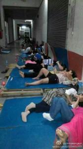Рабочие спят на полу в офисе фабрики Dongguan Xing Hong Shoe Industry, протестуя против задержки зарплаты, 30 октября, 2014 года. Владелец компании пропал несколько дней назад, оставив 700 рабочих без зарплаты за два месяца. Фото: Weibo.com