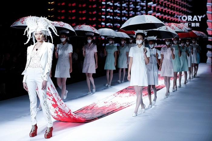Неделя моды в Пекине. Коллекция нарядов китайского дизайнера Лю Вэй. Ноябрь 2014 года. Фото: Lintao Zhang/Getty Images