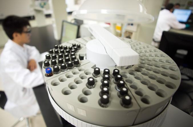 Капсулы с химическими веществами на фармацевтическом заводе в Шанхае, 24 сентября 2014 года. Из-за отсутствия в Китае социальной поддержки ВИЧ-инфицированных и просвещения в этом вопросе, заболевшие часто встречаются с дискриминацией. Фото: Johannes Eisele/AFP/Getty Images