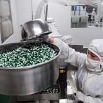 Сотрудница работает на фабрике лекарственных препаратов 8 апреля 2013 года, Бочжоу, Китай. Власти Китая отказывают иностранным инспекторам проверять фармацевтические компании в Китае. Фото: ChinaFotoPress via Getty Images