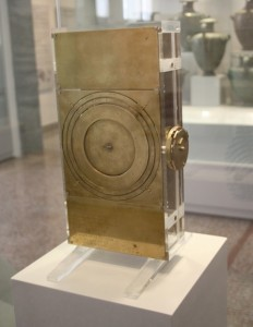 0145_-_Archaeological_Museum_Athens_-_Reconstruction_of_the_Antikythera_mechanism_-_Photo_by_Giovanni_D-480x620