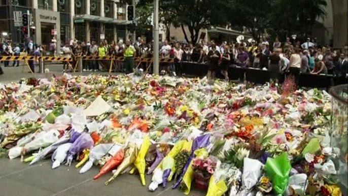 Жители Сиднея приносят цветы к месту гибели заложников (видео)
