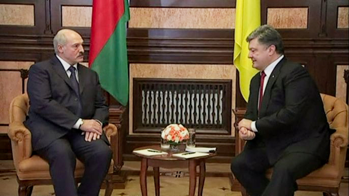 В воскресенье он встретился в Киеве с Петром Порошенко и заверил его, что Минск готов расширить свою поддержку украинскому правительству. Скриншот видео.