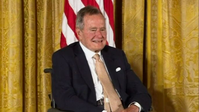 Республиканец Буш-старший на протяжении восьми лет был вице-президентом в администрации Рональда Рейгана, в 76-77 годах он был директором ЦРУ. Скриншот видео.