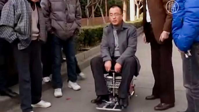 Создал его 60-летний житель Шанхая Сюй Чжиюн. Говорит, что это - полностью функциональный мини-автомобиль. Скриншот видео.
