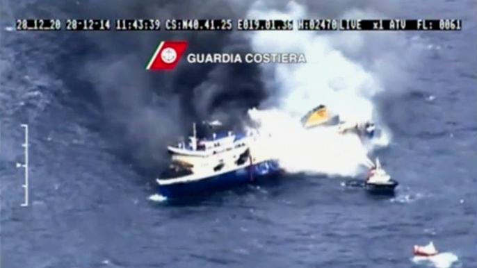 На борту горящего в Ионическом море парома остаются более 200 человек (видео)