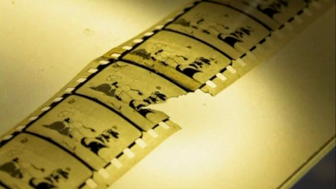 В руках у специалиста - единственная в мире копия считавшегося пропавшим фильма Уолта Диснея. Скриншот видео.