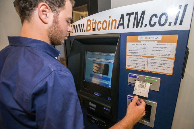 Покупка биткоина на первой машине Bitcoin ATM, установленной в отеле Тель-Авива, 11 июня, 2014 год. Фото: JACK GUEZ/AFP/Getty Images