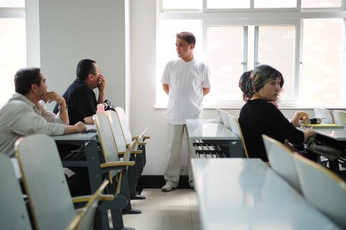Уйгурский профессор Ильхам Тохти общается со студентами после лекции в Пекине 12 июня 2010 года. 8 декабря 2014 года семь его студентов были осуждены на сроки от трёх до восьми лет по обвинению в «сепаратистской преступной деятельности». Фото: Frederic J. Brown/AFP/Getty Image
