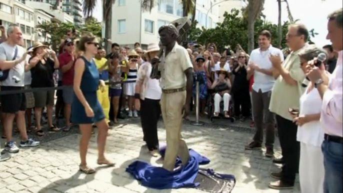 Открытие монумента приурочили к 20-летию смерти певца, одного из создателей стиля босса-нова, объединившего джаз и национальную бразильскую музыку. Скриншот видео.