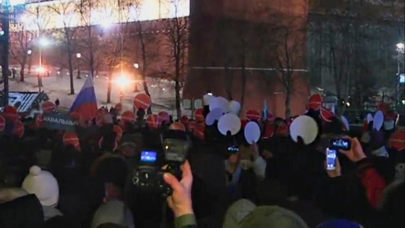 Сам оппозиционер, нарушив условия домашнего ареста, попытался приехать к протестующим, но был задержан полицейскими. Скриншот видео.