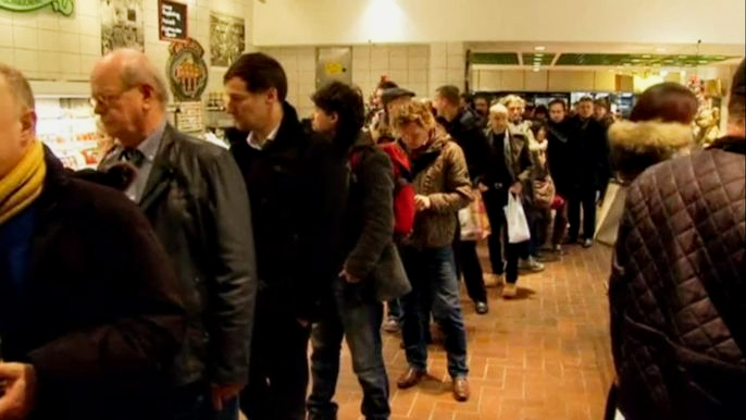 Жители Берлина и Парижа скупают еду и подарки накануне Рождества (видео)