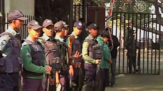 Закон об общественной безопасности начало разрабатывать Министерство внутренних дел после того, как в стране вспыхнули протесты против мер жёсткой экономии. Скриншот видео.