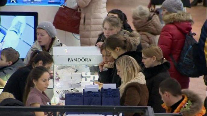 Россияне спешат потратить рубли на предновогодний шоппинг (видео)