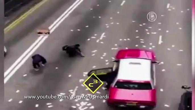 Полиция оцепила место происшествия и смогла собрать около 20 миллионов местных долларов. Еще 15 миллионов пропали. Скриншот видео.