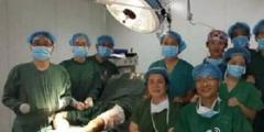Китайские медики позировали для фото во время операции