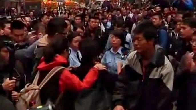 Во время разбора баррикад и сноса палаток было арестовано более 10 активистов. Скриншот видео.