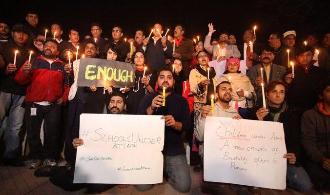 Более 140 человек погибли при нападении боевиков на школу в Пакистане