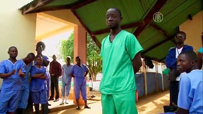 30-летний врач-стажёр Секоу Каннех мечтал стать хирургом. Скриншот видео.