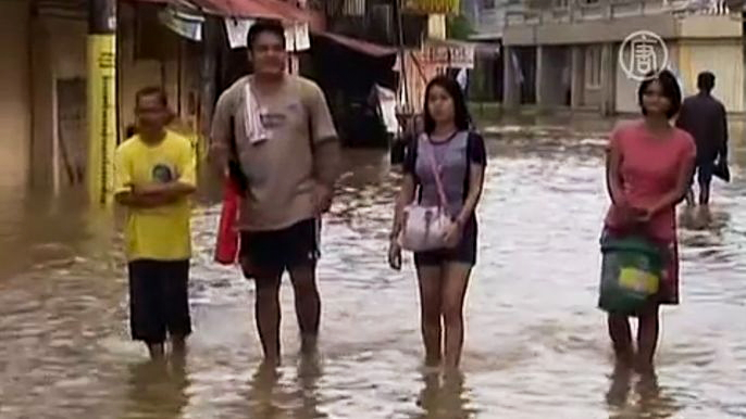 Жители Малайзии вынуждены покидать свои дома из-за наводнения (видео)
